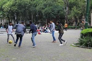 Algunas asociaciones pretenden que los menores dejen de rematar de cabeza cuando juegan al fútbol.