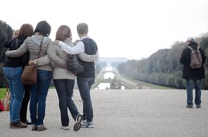 Amigos viajando juntos y disfrutando de la amistad