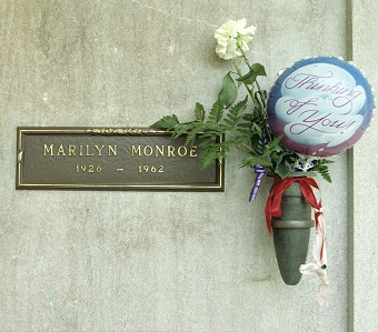 La tumba de Marilyn Monroe, muerta en extrañas circunstancias que aún no se han aclarado.